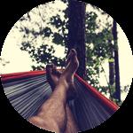 Des hamacs pour se reposer après l'accrobranche ou pendant que les enfants grimpent aux arbres