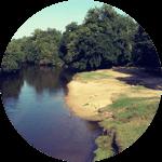 une prairie au bord de la rivière pour pique niquer dans la nature